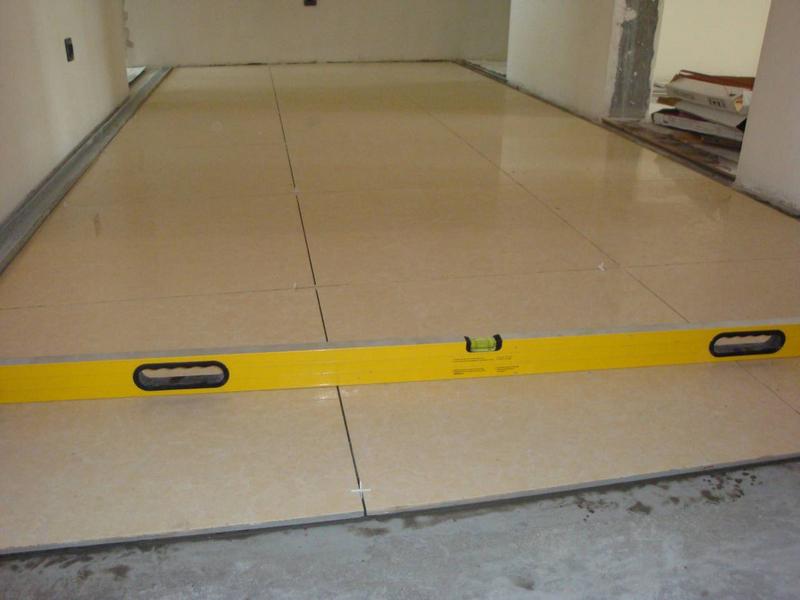 Процесс укладки плитки в прихожей