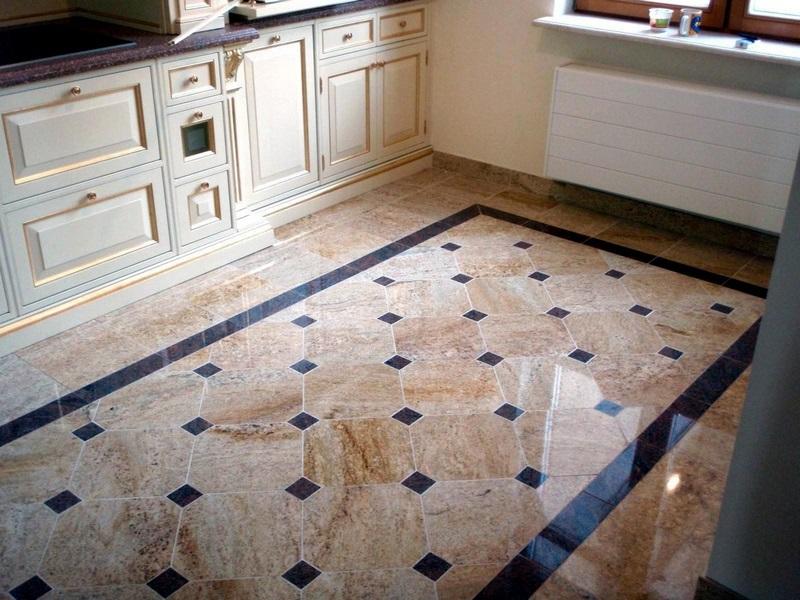 Плитка уложенная на полу на кухне в коттедже
