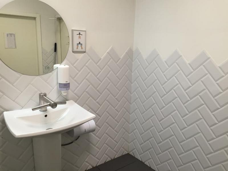 Уложенная плитка на стене