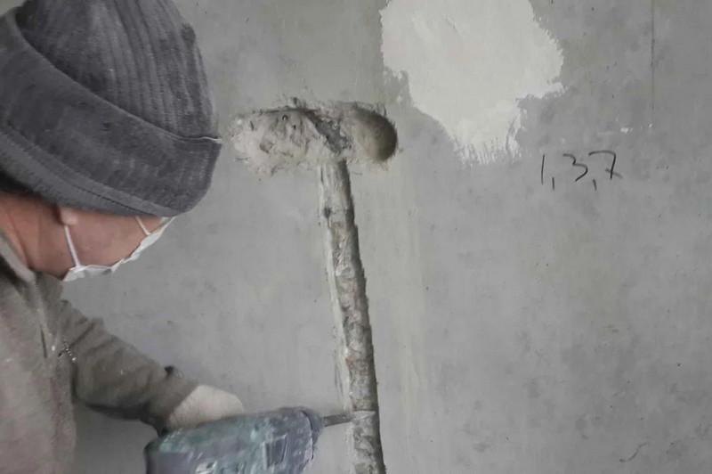 Штробление в стене из бетона