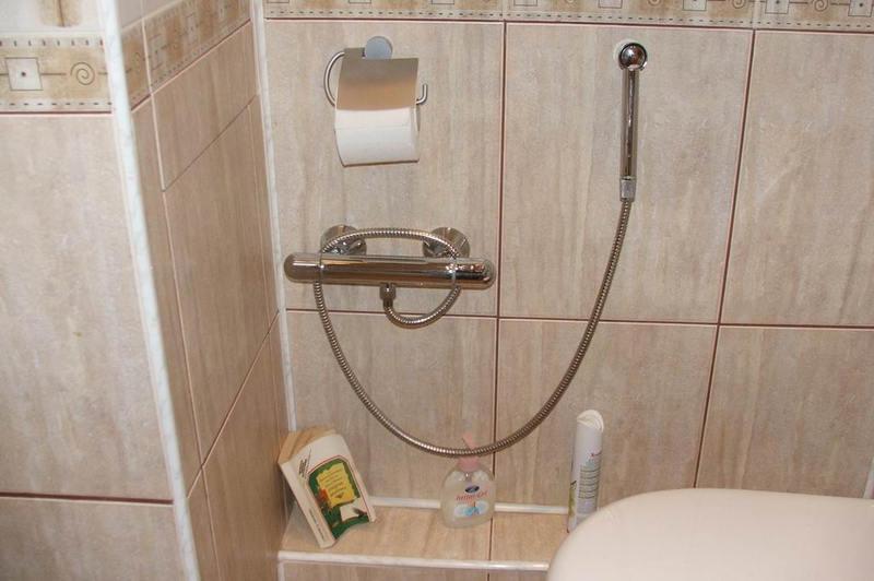 Установка встроенного гигиенического душа в туалет